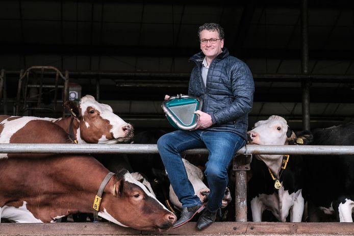Henk Hanskamp met een prototype van het koeientoilet. Foto: Jan Ruland van den Brink