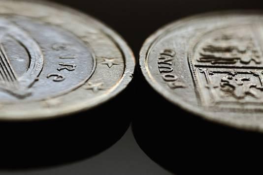 Een euromuntstuk (links) en een Britse pond).