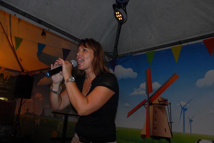 Ze stond aanvankelijk niet geprogrammeerd, maar toch was het zangeres Christine den Otter oftewel Chris10 die in stijl de zaterdagavond afsloot.