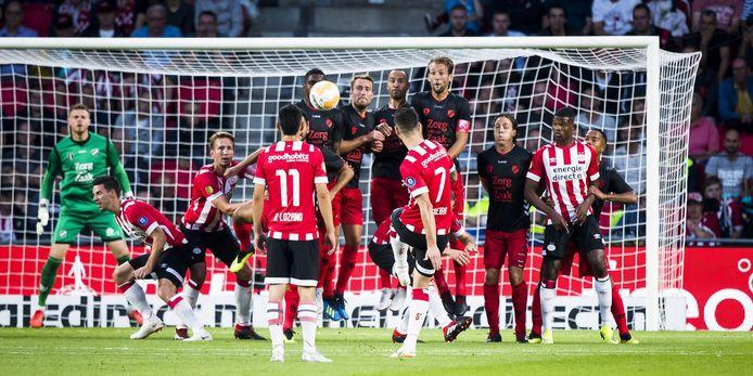 Gaston Pereiro krult prachtig de 1-0 binnen voor PSV.