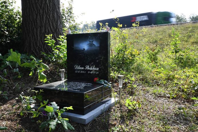 Precies op de plek waar Dilan om het leven kwam, is een indrukwekkende gedenksteen neergezet.