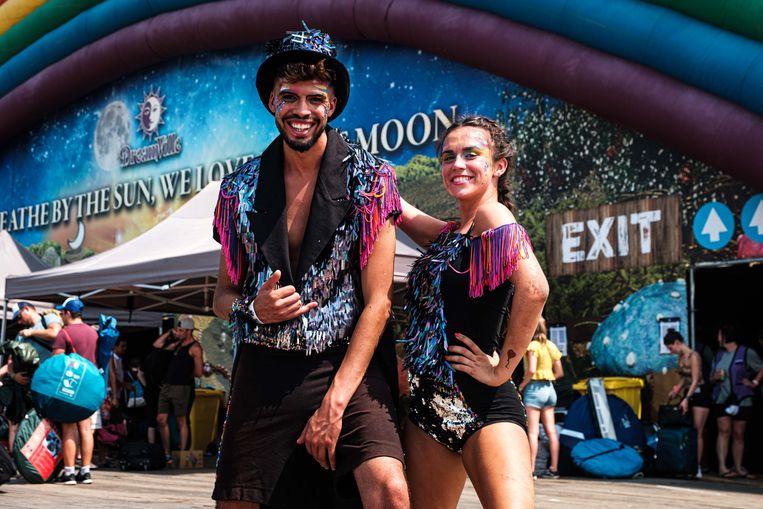 Kamal Qebayli en Kim Vandoninck, twee dansers van Soul 15, die de kampeerders welkom heten.