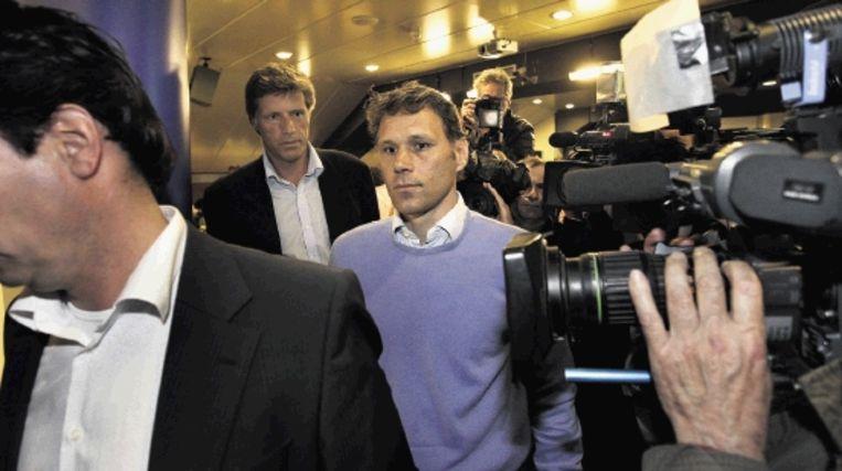 Een teneergeslagen Van Basten nadat hij zijn aftreden als trainer van Ajax heeft bekendgemaakt. (Trouw) Beeld ANP