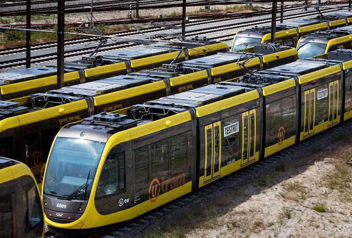 Nieuwe trams voor testritten over de Uithoflijn staan in gelid opgesteld bij de remise.