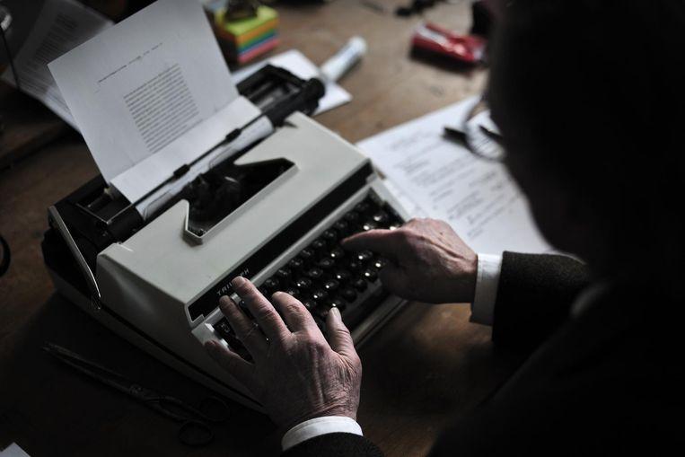 Remco Campert achter zijn schrijfmachine. Beeld null
