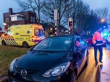 Fietser wordt geschept door auto, verwondingen vallen mee