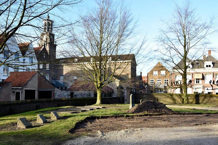 De kerktuin bij de Grote of Catharijnekerk in Heusden.