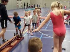 Kinderen bewegen tijdens instuif in sporthal Heuvelland