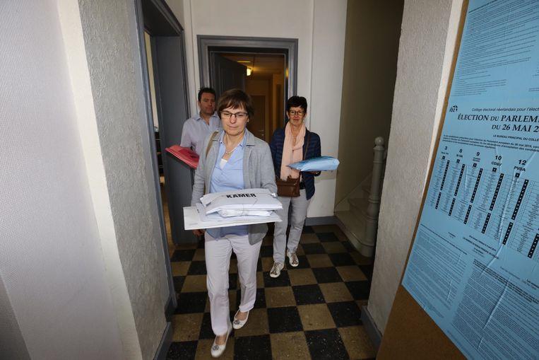 De kiesbrieven verlaten het stemkantoor, op weg naar Tongeren.