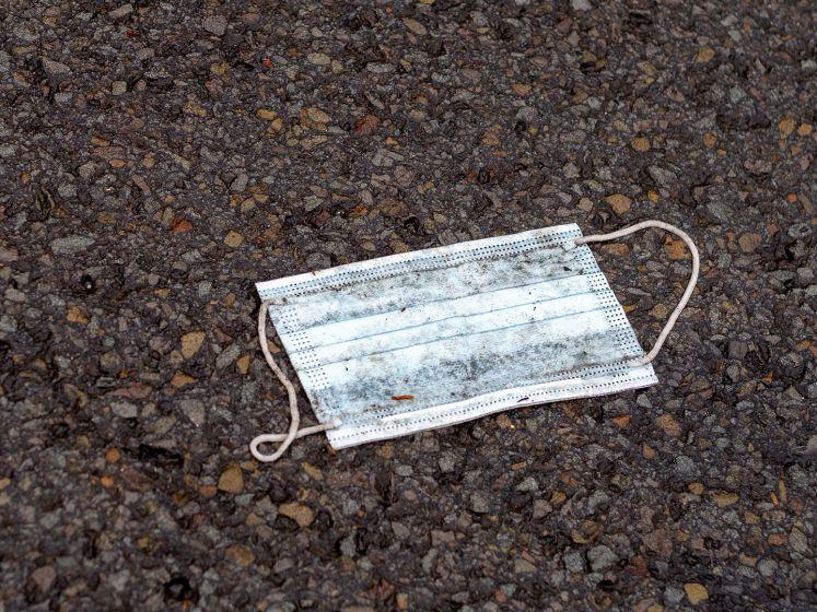 Handen vol aan nieuw soort zwerfafval:  mondkapjes eindigen steeds vaker op straat