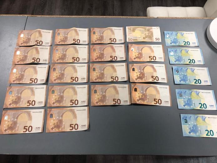 De betaling van een computer bij de computerzaak in IJsselmuiden werd voor een deel met vals geld gedaan. De rechter vier briefjes van vijftig euro zijn echt, de andere veertien vals.