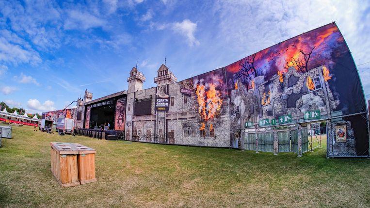 Het hoofdpodium 'prison stage' is indrukwekkender dan ooit, dankzij een muur van doeken.