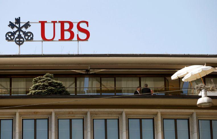 Bankmedewerkers op het terras van het kantoor van UBS in Zurich.  Beeld REUTERS