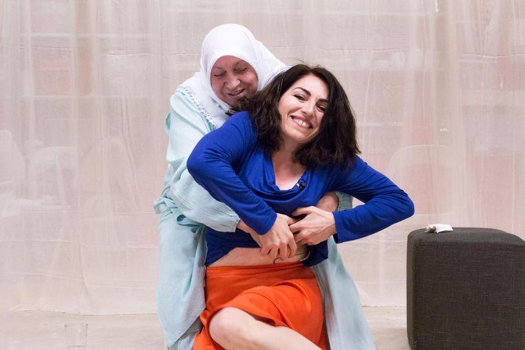 Nazmiye Oral met haar moeder in theatervoorstelling Niet meer zonder jou. Beeld Cigdem Yuksel