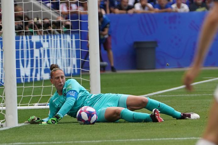 Sari van Veenendaal redt in de finale tegen de verenigde Staten.