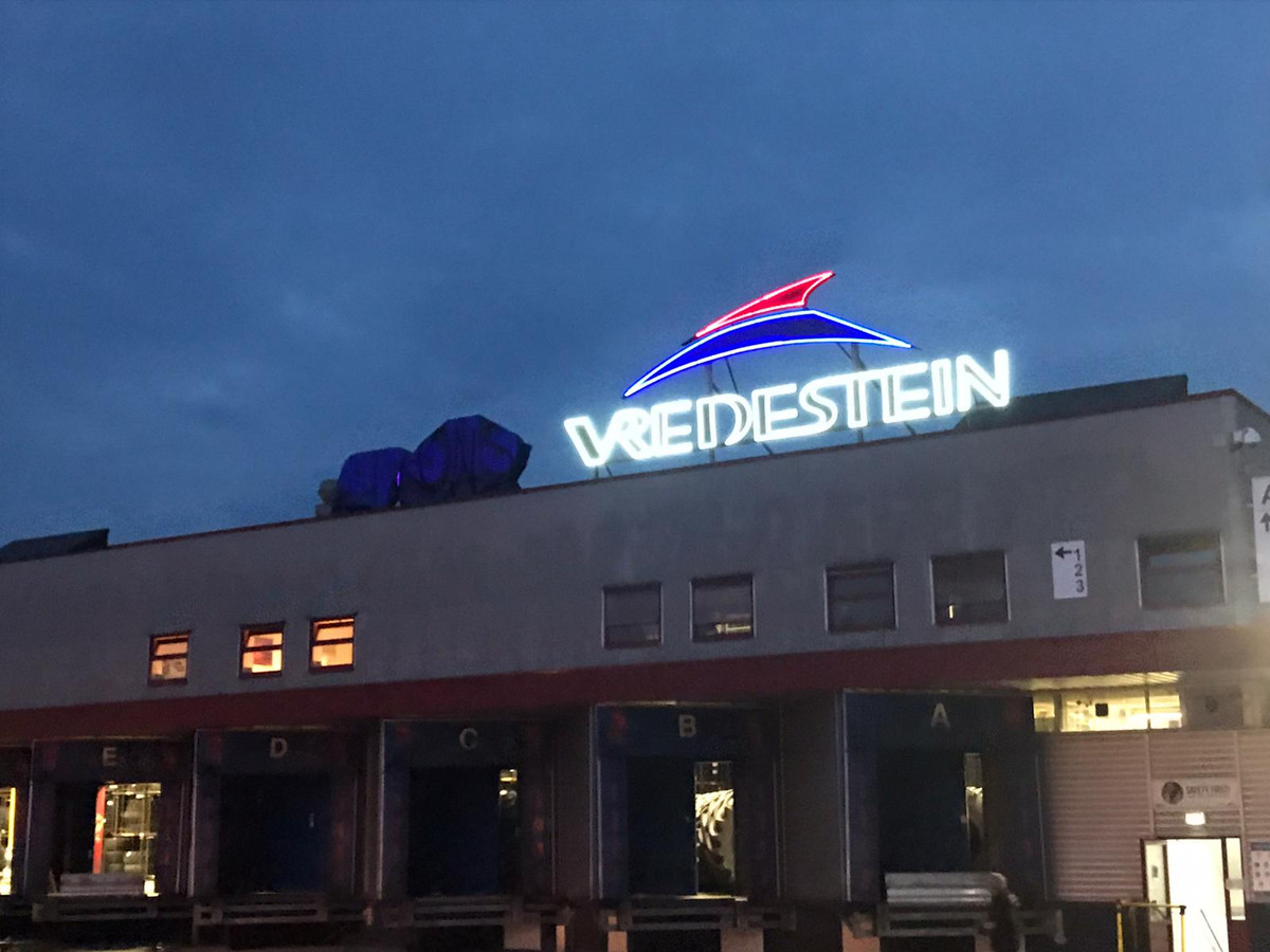Bij de laatste nachtelijke protestactie bij Vredestein is de dakreclame van moederbedrijf Apollo bedekt met een zeil.