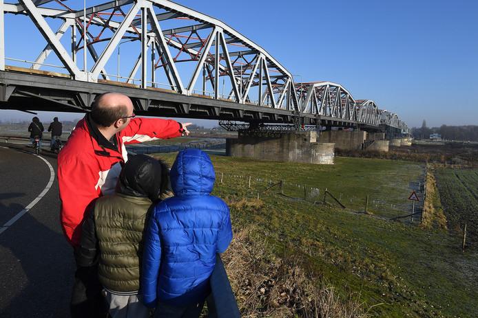 De Thompsonbrug bij Grave. Vlakbij moet een waterkrachtcentrale komen.