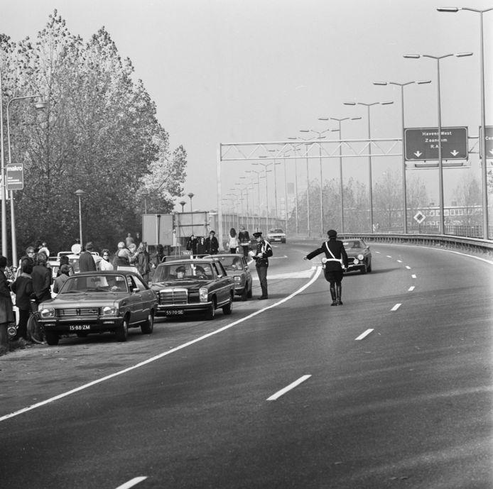 Politiecontrole op de snelweg in 1973.