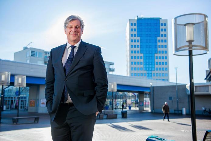 Burgemeester Peter Oskam beloofde binnen een jaar in Capelle te wonen. Dat is mislukt.