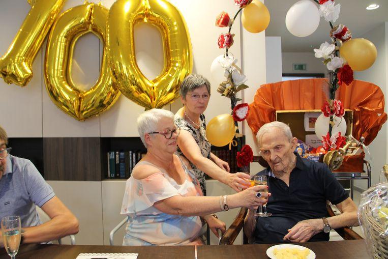 Cyriel klonk met enkele familieleden op zijn honderdste verjaardag.