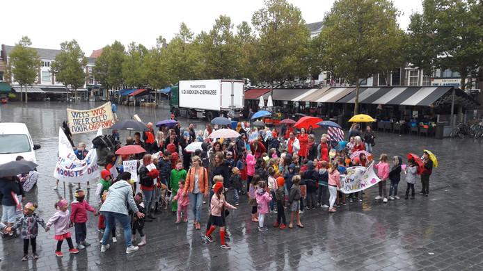 Op de Grote Markt in Goes vraagt de Kohnstammschool aandacht voor de problematiek in het onderwijs... maar wel zonder de school te sluiten.
