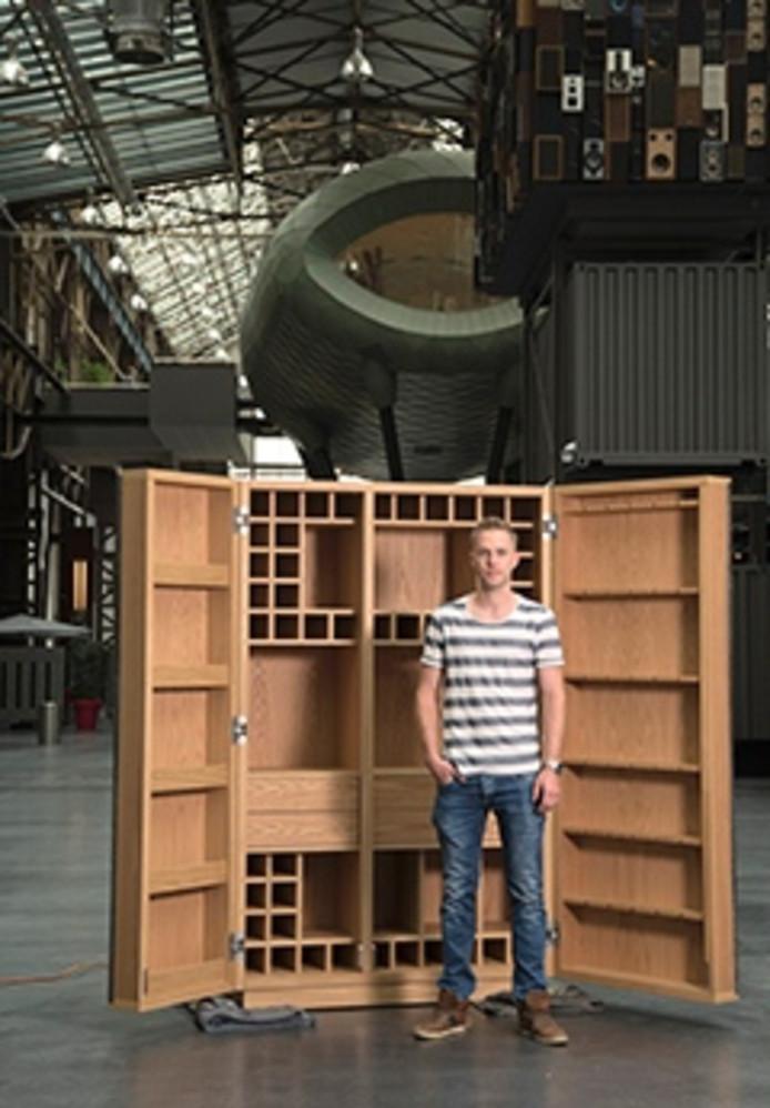 Bart Broenink uit Denekamp voor de drankenkast die hij zelf maakte en waarmee hij de eerste plaats behaalde op de jaarlijkse meubeltentoonstelling van het ROC van Twente.