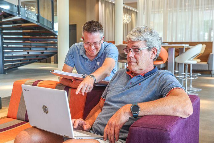 Maarten Hans (l) en Klaas Ras beschikken over een universum aan cijfers van hun clubs Gramsbergen en Urk.