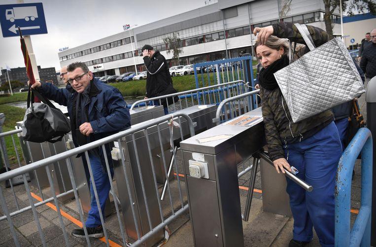 Werknemers van NedCar verlaten de fabriek na hun dienst. Hun toekomst is ongewis nu het bedrijf in Born al jaren tevergeefs naar een tweede klant zoekt.  Beeld Marcel van den Bergh / de Volkskrant