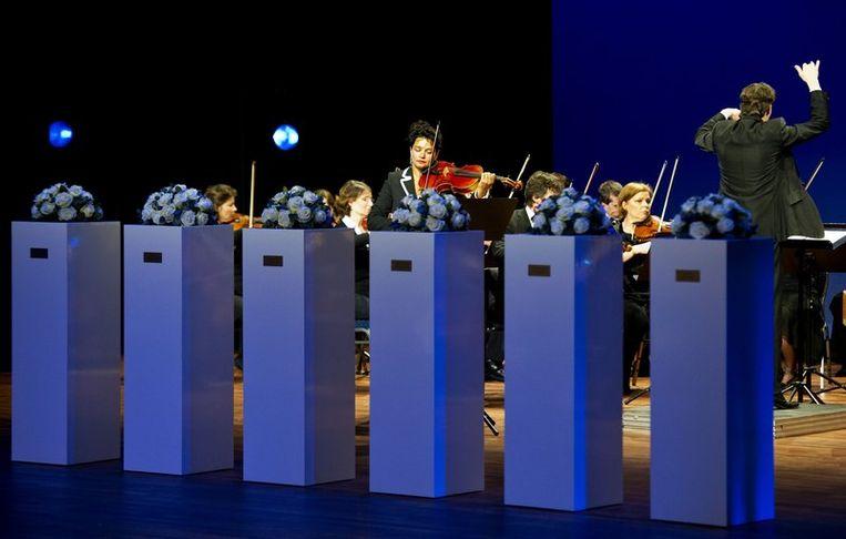 De zes gedenktekens, die de slachtoffers symboliseren van de schietpartij. Foto Beeld anp