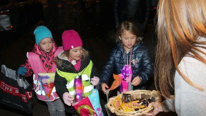 Honderden kinderen zingen Sinte-Katharina