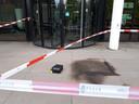 Een roetvlek en lege jerrycan markeren de plek waar Arie den Dekker zichzelf maandag in brand stak. Hij werd even later enkele tientallen meters verderop aangetroffen.