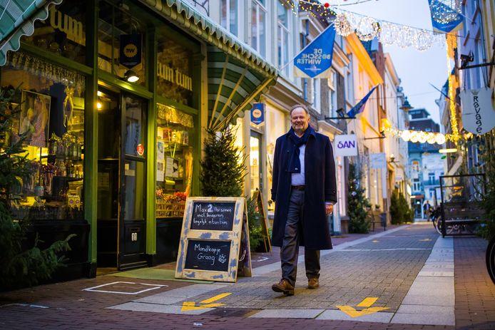 Wethouder Jan Hoskam wandelt door de Ridderstraat