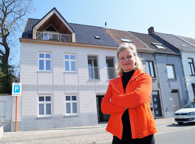 Sylvie Billiet bij de nieuwe aanwinst van 't Sleutelhuys op het Rameplein