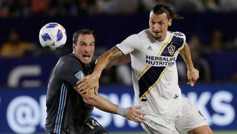 Zlatan Ibrahimovic rechts) in het shirt van LA Galaxy. Beeld ap