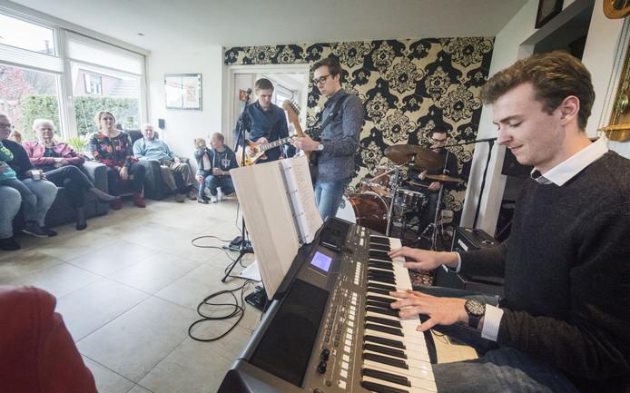 Bij muziek bij de Buren vinden allerlei optredens in huiskamers plaats.