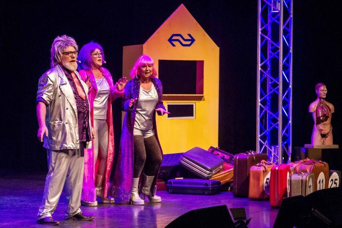 Scene uit een eerder voorstelling van het oudejaarscabaret.