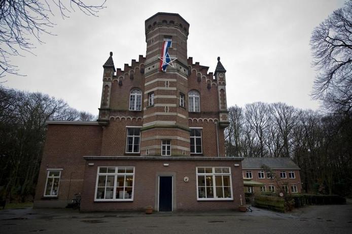 De kasteelachtige villa met een achtkantige traptoren en vierkante hoektorentjes.