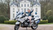 Gedaan met idyllische settings. Anno 2019 poseren communicantjes... op de politiemotor!