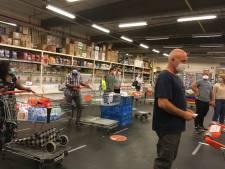 Les supermarchés demandent à leurs clients de faire leurs courses seuls