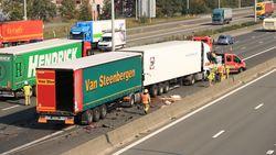Vrachtwagenchauffeur (64) zwaargewond bij kop-staartaanrijding