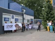 Dierenactivisten demonstreren opnieuw bij apenhandelaar in Tilburg, maar ditmaal met kleine opkomst