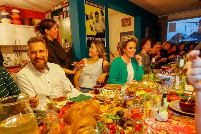 Loes Kolsters uit Oostelbeers (in de zwarte koksbuis) organiseert bij haar thuis veganistische dineravondjes.