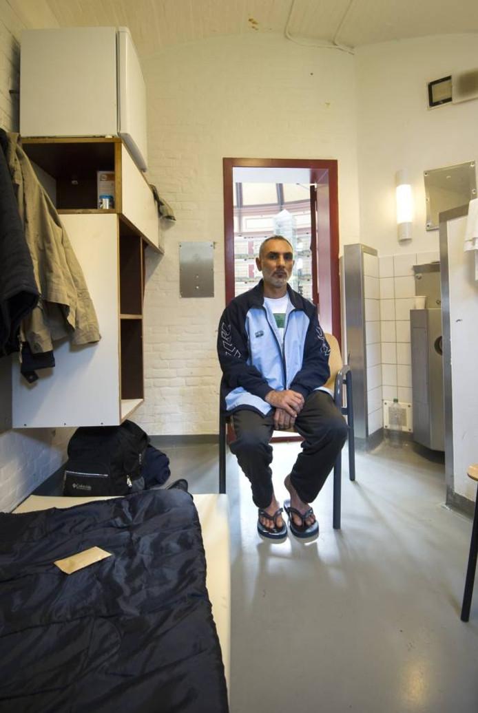 Ali Mandalawi in de cel waarin hij woont in vluchtelingenopvang De Koepel.
