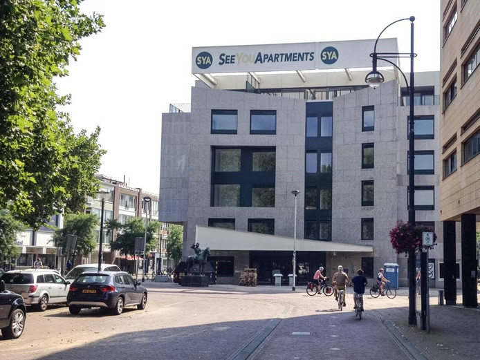 Het voormalige bankgebouw aan het Gele Rijdersplein, nu See You Apartments genoemd. Foto DG
