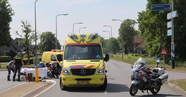 Motorrijdster met spoed naar ziekenhuis na aanrijding met automobilist in Giethoorn.