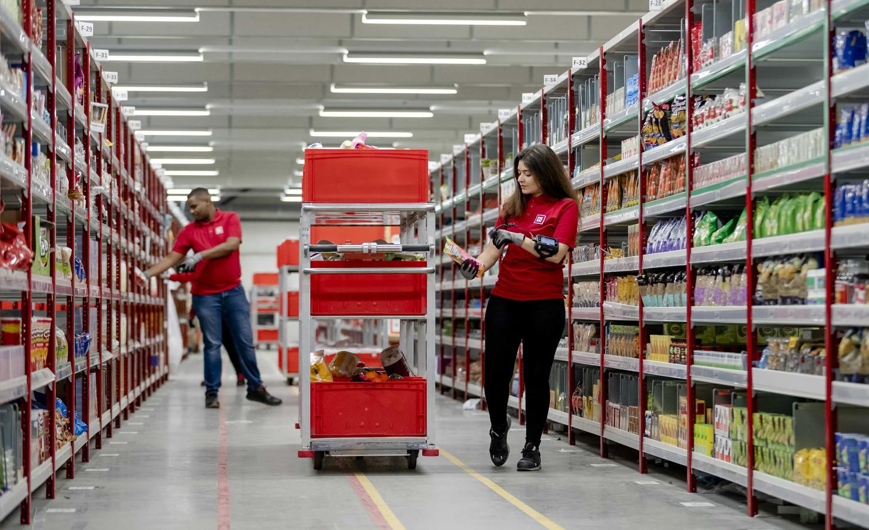 Een werknemer van Picnic in het distributiecentrum in Rotterdam.