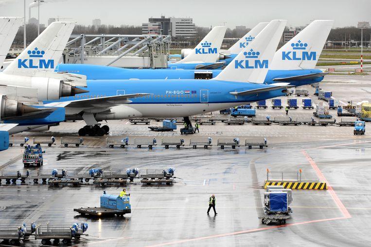 Een vliegtuig op Schiphol wordt geladen. Beeld Joost van den Broek / de Volkskrant