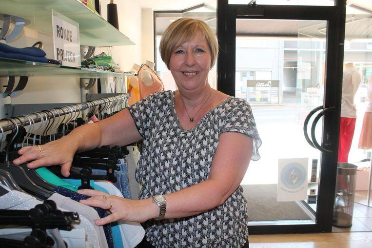 Dorothée in haar kledingzaak langs de Ninoofsesteenweg. Ze gaat nog door tot 30 september.