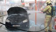 Auto vat vuur vlak naast benzinepompen op snelwegparking