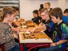 Tachtig kinderen dammen fanatiek  op eerste Sluise damkampioenschap